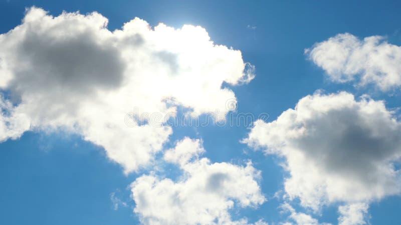 Piękny cloudscape z ampułą, budujący chmury i wschodu słońca łamanie przez chmury masy zdjęcia royalty free