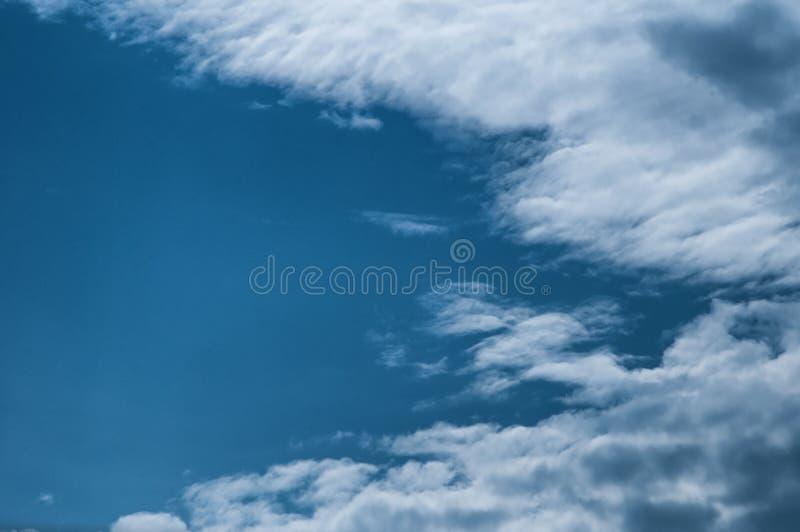 Piękny cloudscape z ampułą, budujący chmury i wschodu słońca bre obraz royalty free