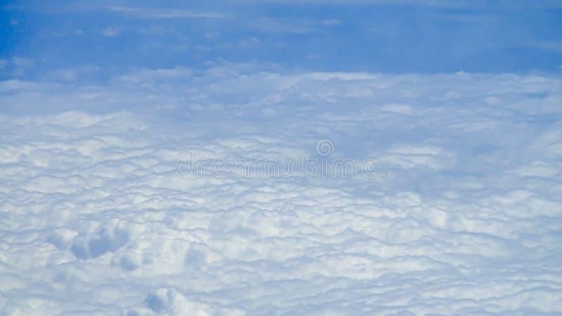 Piękny cloudscape z jasnym niebieskim niebem Widok od samolotowego okno zdjęcia stock