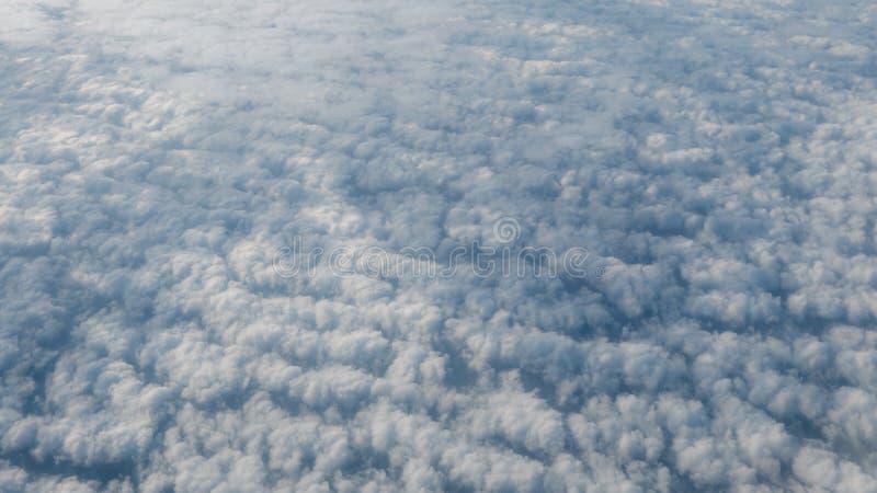 Piękny cloudscape z jasnym niebieskim niebem Widok od samolotowego okno fotografia stock