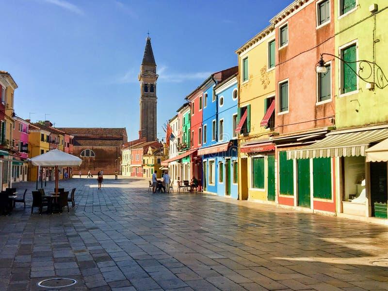 Piękny colourful domy wyspy miasteczko Burano i rynek, Włochy na pięknym ranku zdjęcie stock