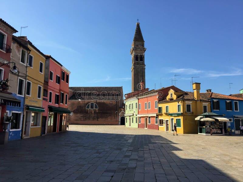 Piękny colourful domy wyspy miasteczko Burano i rynek, Włochy na pięknym ranku zdjęcia royalty free
