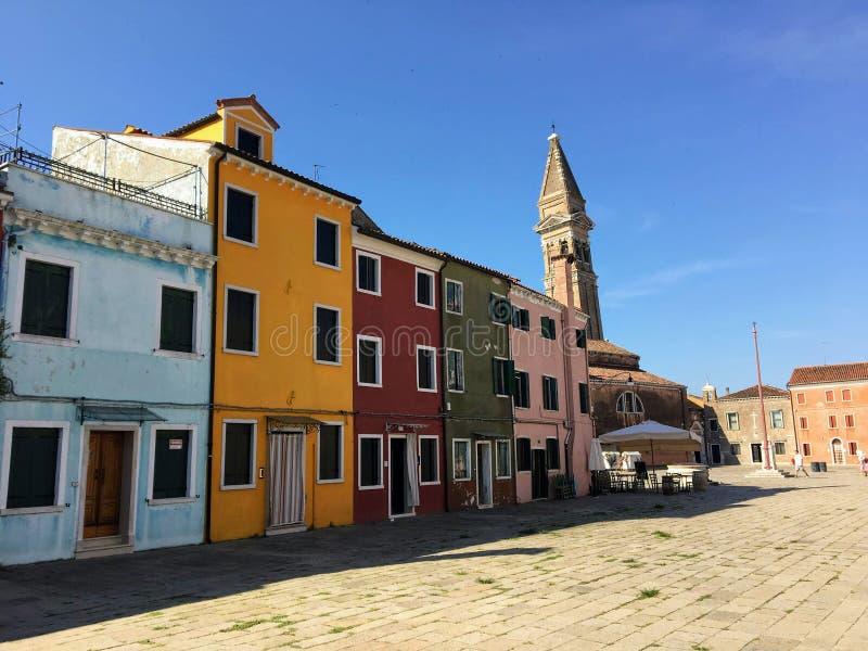 Piękny colourful domy wyspy miasteczko Burano i rynek, Włochy na pięknym ranku fotografia stock