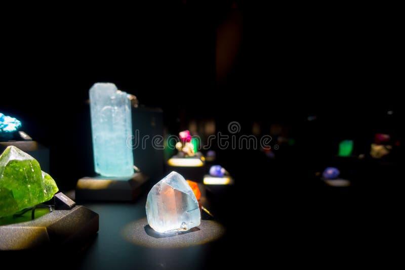 Piękny cristal z kopalinami przy muzeum narodowym Naturalna nauka w Orlando Houston w usa, w czarnym tle fotografia stock