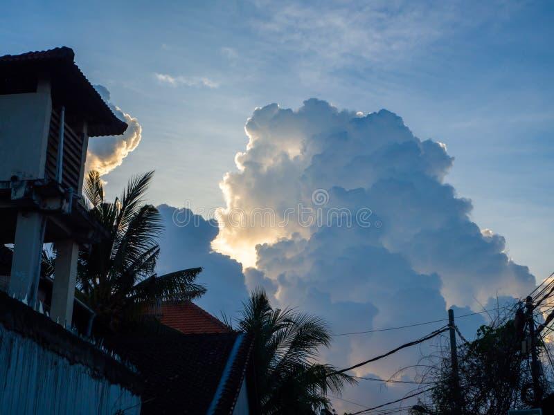 Pi?kny, cumulus chmury w niebieskim niebie zdjęcia stock