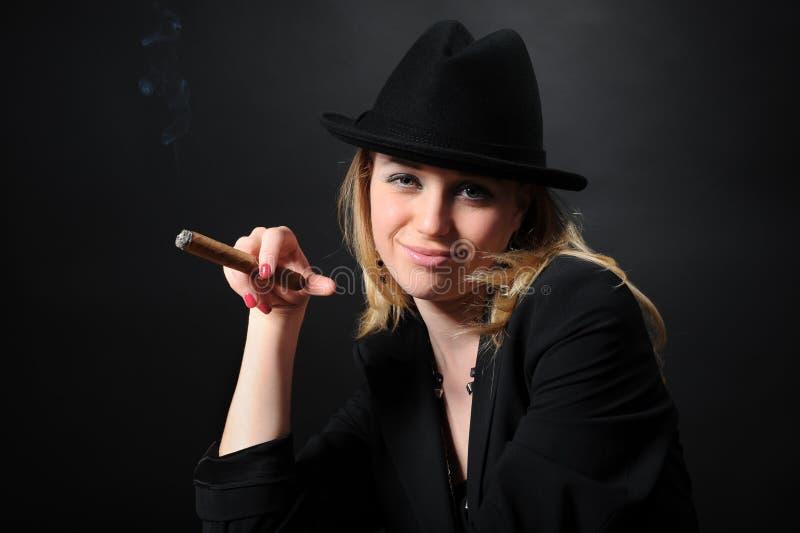 piękny cygarowy dziewczyny kapeluszu portret fotografia royalty free