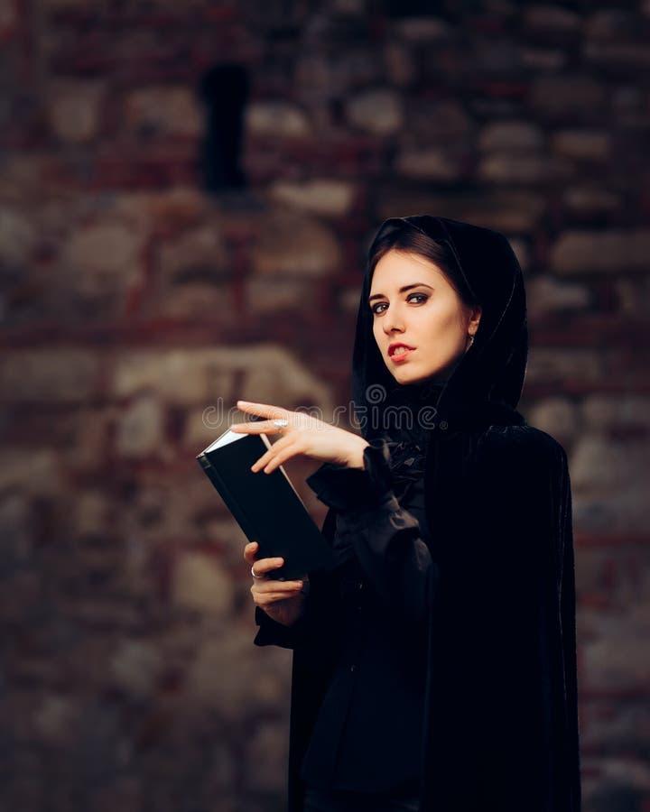 Piękny czarownicy Princess Czyta czary książkę zdjęcia royalty free