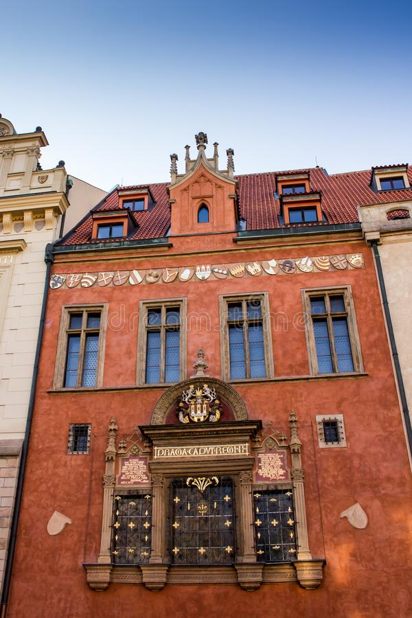 Piękny czerwony budynek w Praga fotografia stock