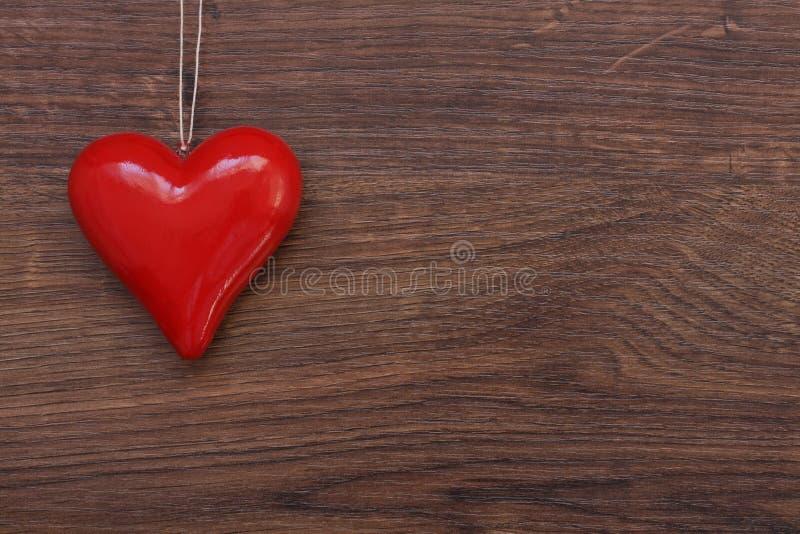 Piękny czerwony serce na sznurku fotografia stock