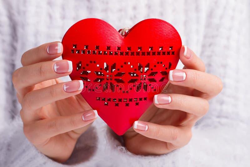 Piękny czerwony serce na tle puszysty pulower obraz royalty free