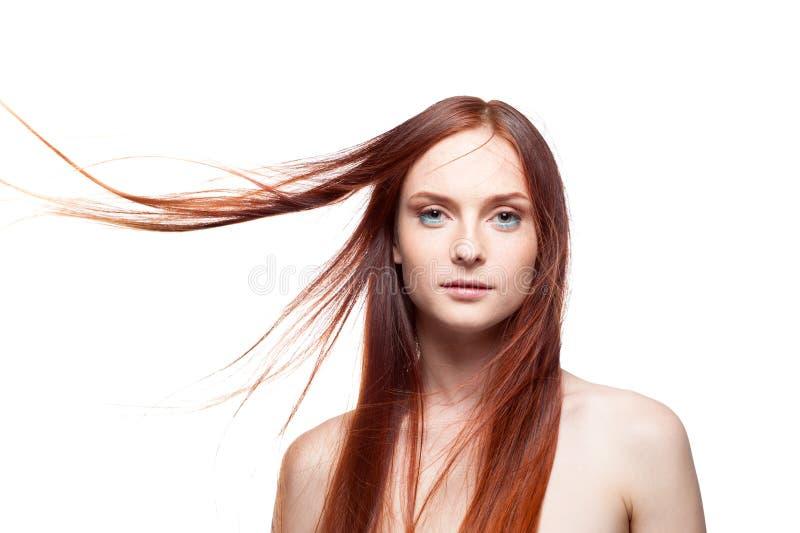 Piękny czerwony z włosami z wietrznym włosy obraz royalty free