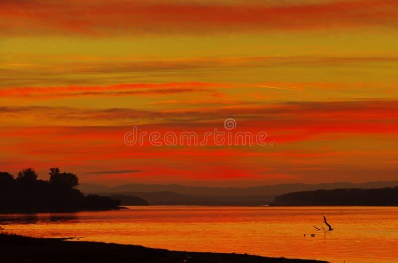 Piękny czerwony zmierzch nad Danube rzeką obraz royalty free