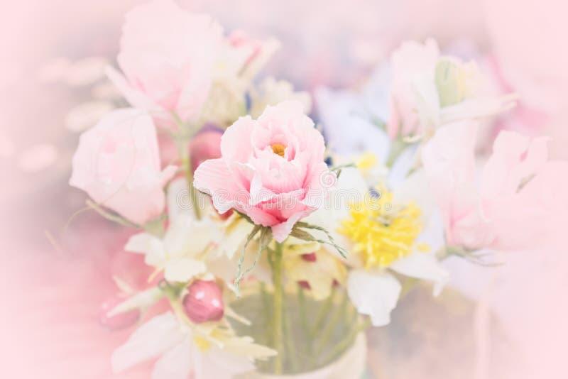 Piękny czuły bukiet od krepdeszynowego papierowego kwiatu Różowy handmade obraz stock