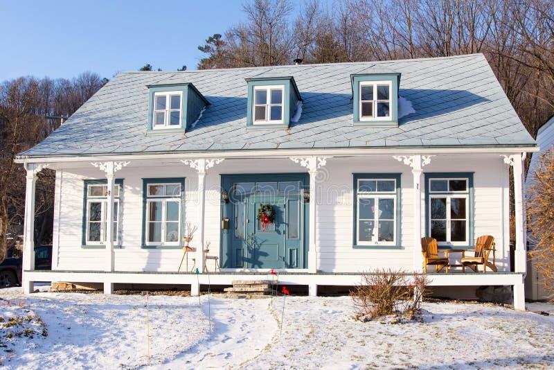 Piękny, długi, francuski styl, stary, biały dom z niebieskimi oknami, niebieskimi drzwiami i metalowym dachem zdjęcia royalty free