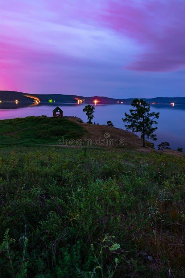 Piękny długi ujawnienie krajobrazu widok halny jeziorny Turgoyak, Rosja obraz royalty free