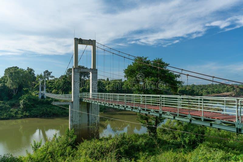 Piękny długi zawieszenie most w Północno-wschodni regionie przy Tanów gwałtownymi parki narodowi, Ubonratchatani, Tajlandia obraz stock