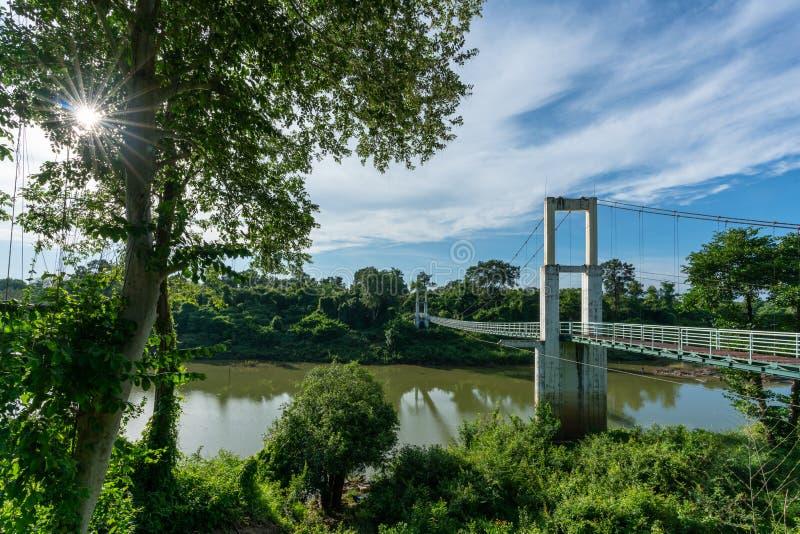 Piękny długi zawieszenie most w Północno-wschodni regionie przy Tanów gwałtownymi parki narodowi, Ubonratchatani, Tajlandia zdjęcie stock