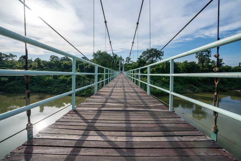Piękny długi zawieszenie most w Północno-wschodni regionie przy Tanów gwałtownymi parki narodowi, Ubonratchatani, Tajlandia zdjęcia stock