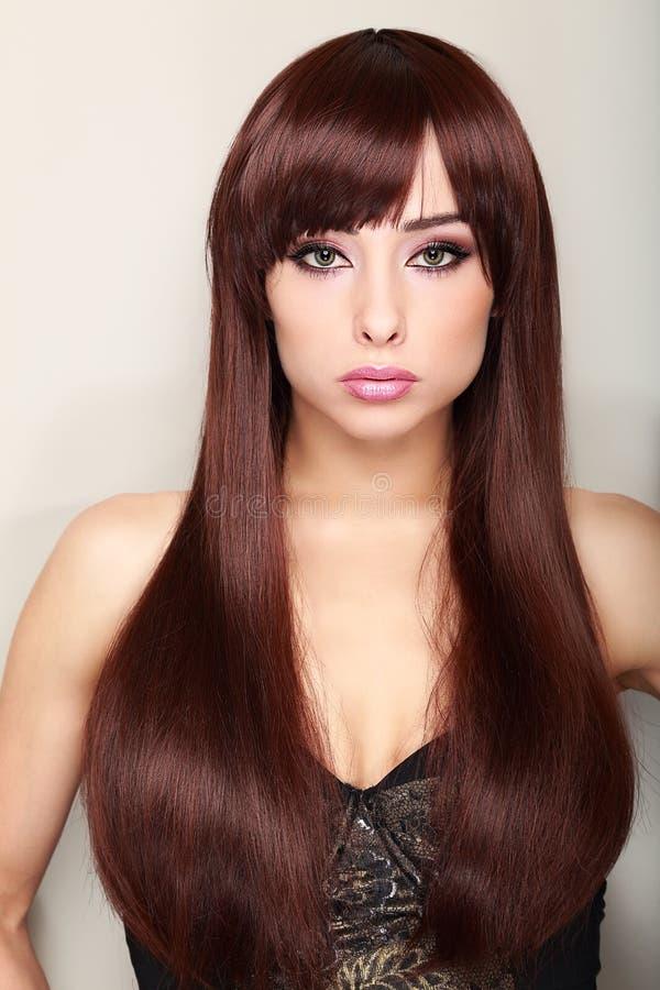 Piękny długie włosy kobieta modela patrzeć zdjęcie stock