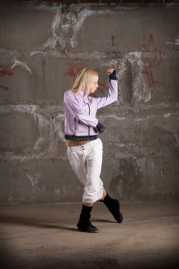 piękny dancingowy dziewczyny grey hip hop nad ścianą zdjęcie royalty free