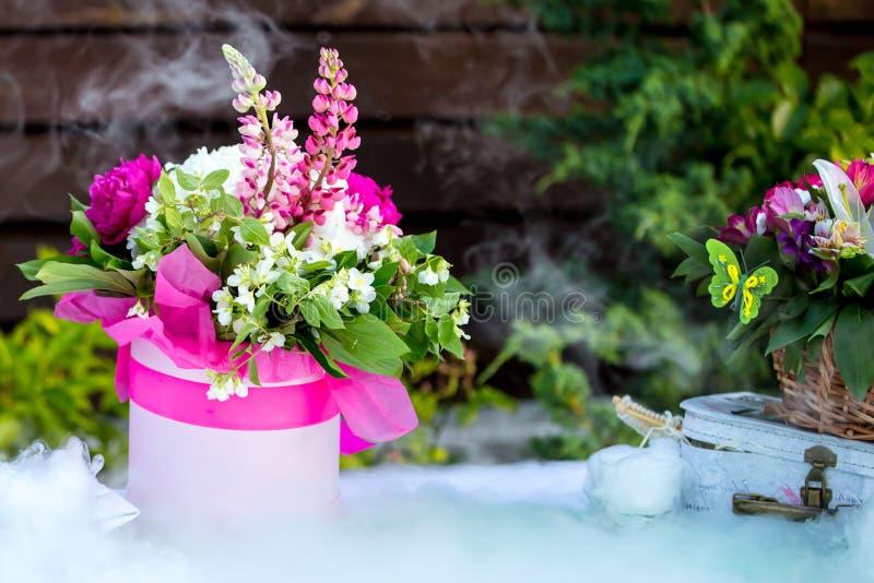 Piękny dekoracja składu bukiet na stole i suchy lód dymimy zdjęcia stock