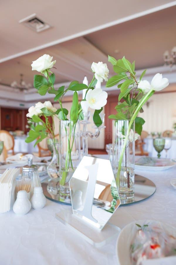 Piękny dekorowany stolik na wesele Dekoracje ślubne z kwiatami fotografia stock