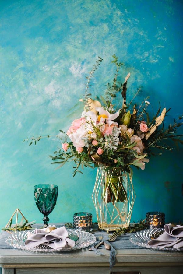 Piękny dekorujący ślubu stół z bridal bukietem, kwiaty, szkło, świeczki fotografia royalty free