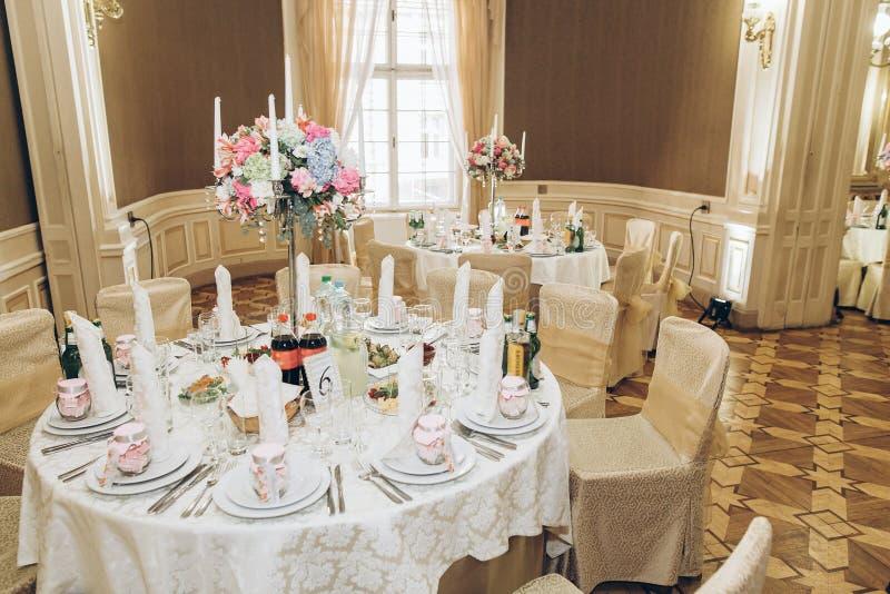 Piękny dekorujący centerpiece round stół z hortensi bouqu zdjęcia royalty free