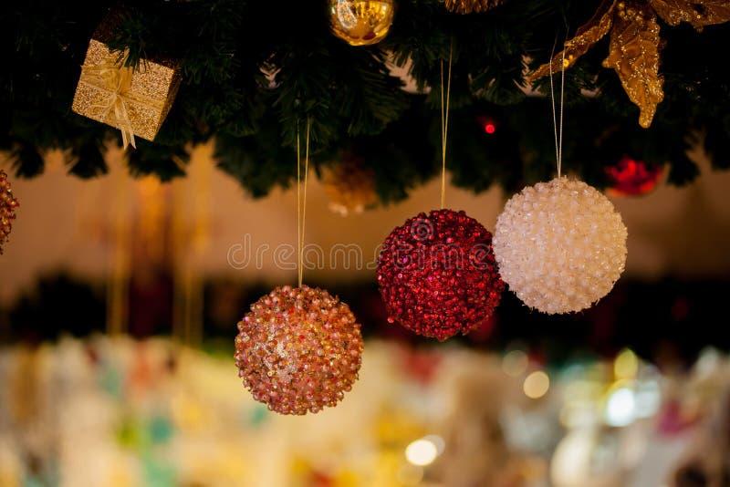 Piękny dekorujący choinki tło z bauble i xmas ornamentuje zamazanego w bokeh domu zdjęcia stock