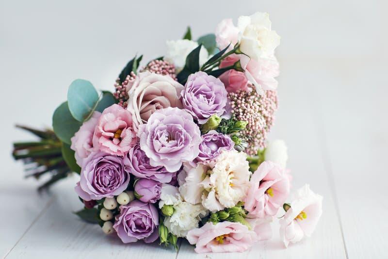 Piękny delikatny bukiet kwiatów z różami, ranunkulusami, eustomami i goździkami fotografia royalty free