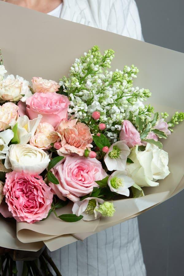 Piękny delikatny bukiet w ręce, bukiet świezi kwiaty, rękodzieło obrazy stock