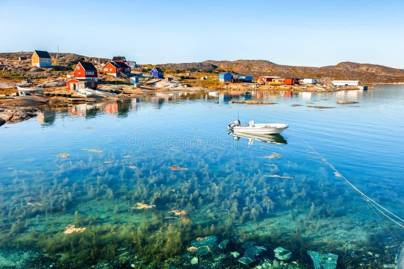 Piękny denny wybrzeże w Oqaatsut wiosce, zachodni Greenland fotografia stock