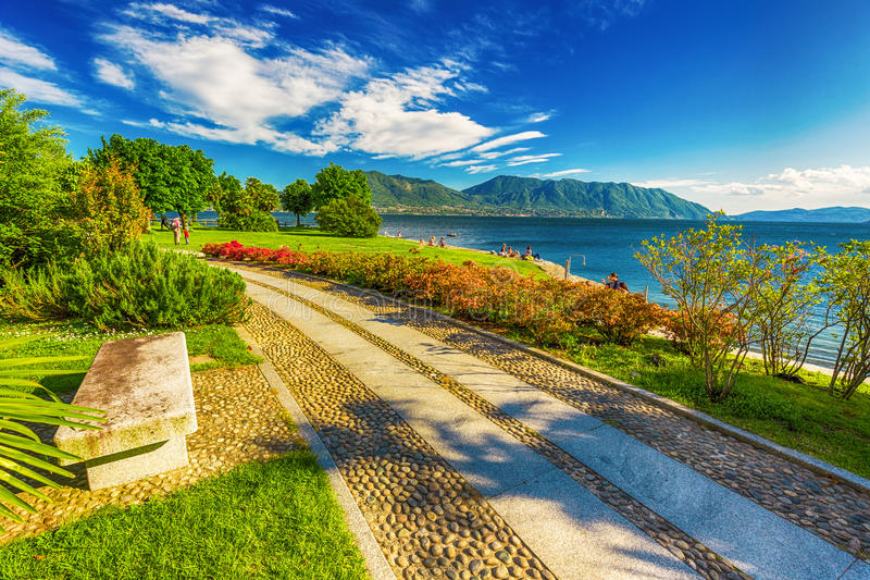 Piękny deptak wzdłuż Lago Maggiore jeziora blisko Locarno, Szwajcaria obraz royalty free
