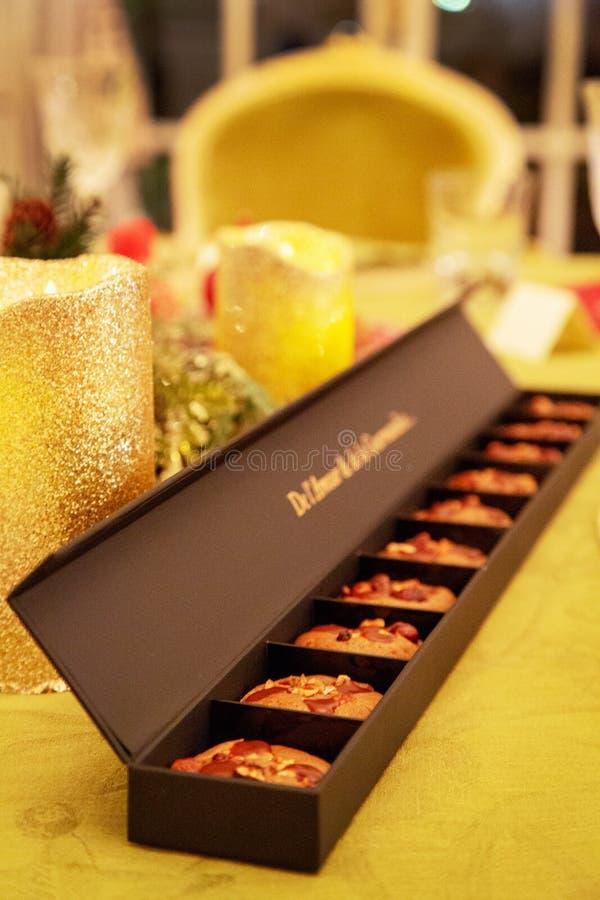 Piękny deserowy ciastko kłaść w papierowy pakować obrazy royalty free