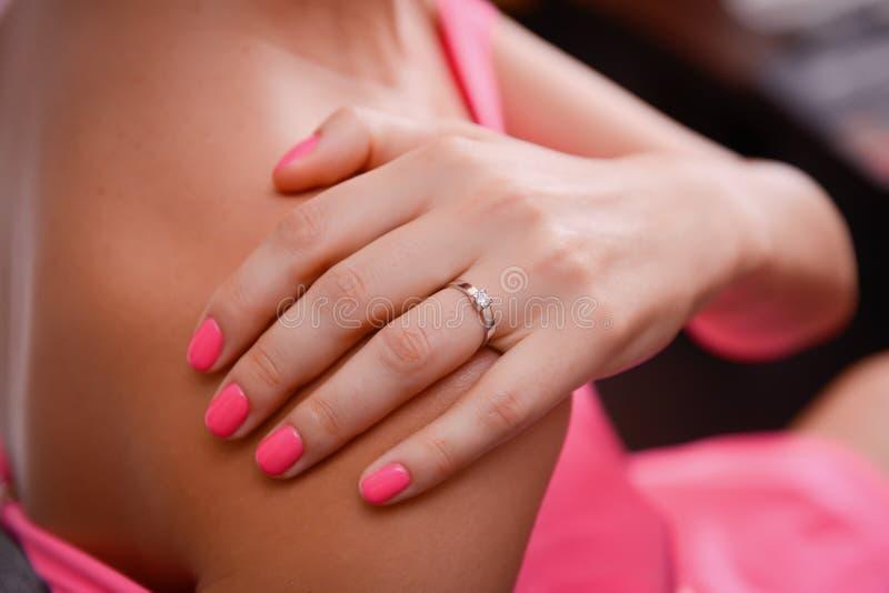 Piękny Diamentowy pierścionek na palcu obrazy royalty free