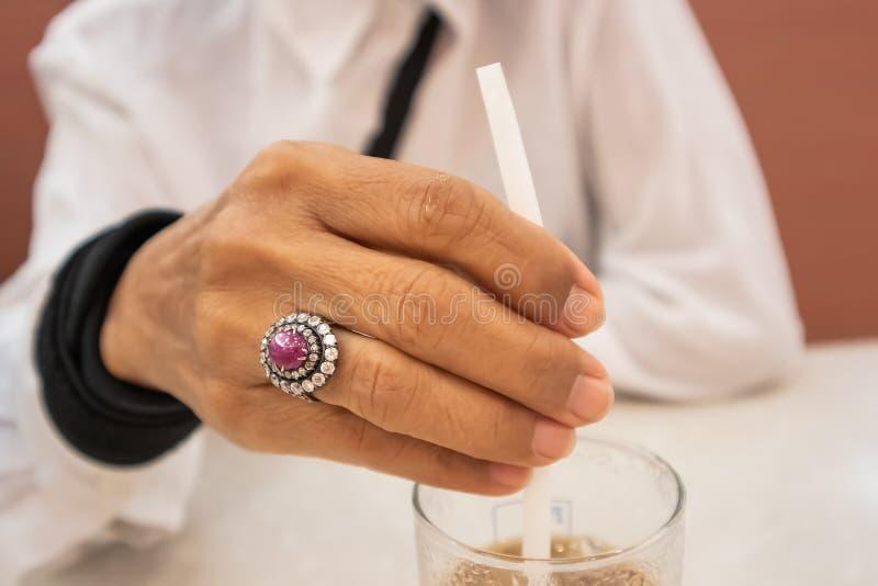 Piękny diamentowy pierścionek na starej kobiety ręce fotografia stock