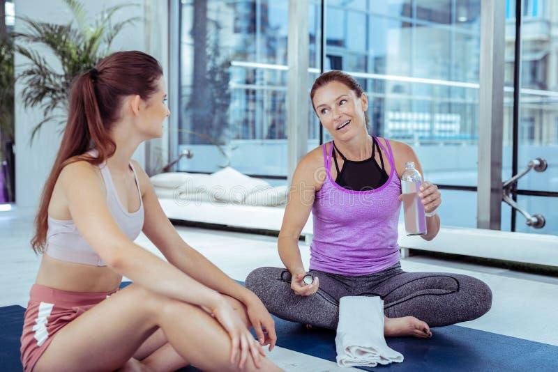 Piękny dojrzały kobiety gawędzenie z joga trenerem zdjęcie stock