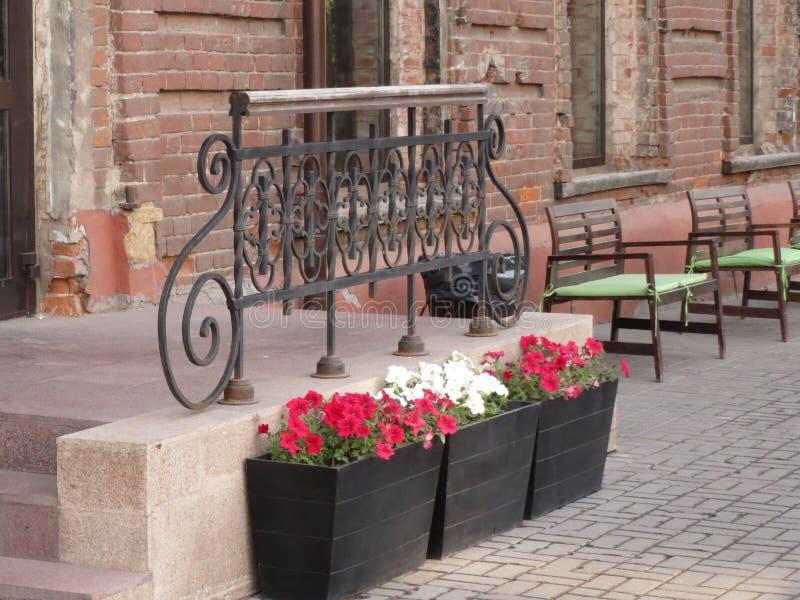Piękny dokonanego żelaza poręcz i kwiaty w wielkich garnkach zdjęcie royalty free