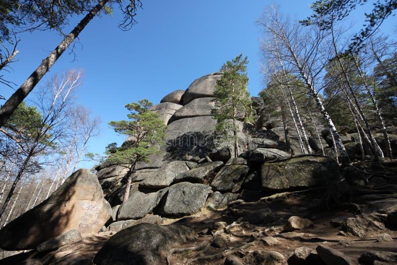 Piękny dolny widok skała pierwszy słup z kamieniami pod lasowym widokiem na terytorium rezerwa i z fotografia stock