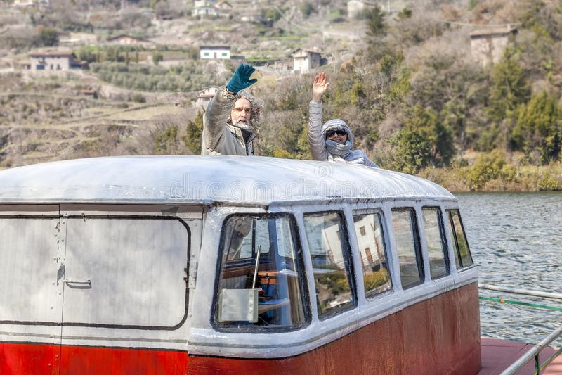 Piękny dorośleć pary ma zabawy obsiadanie na łodzi fotografia royalty free