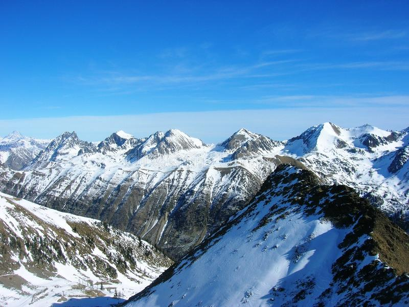 Piękny dramatyczny śnieżny zima krajobraz w górach obrazy royalty free