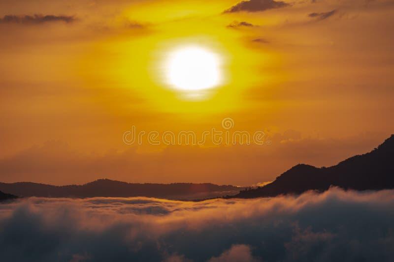 Piękny dramatyczny zachód słońca w górach Wiele mgły Phu Thok Mountain w prowincji Chiang Khan, Loei w Tajlandii obrazy royalty free