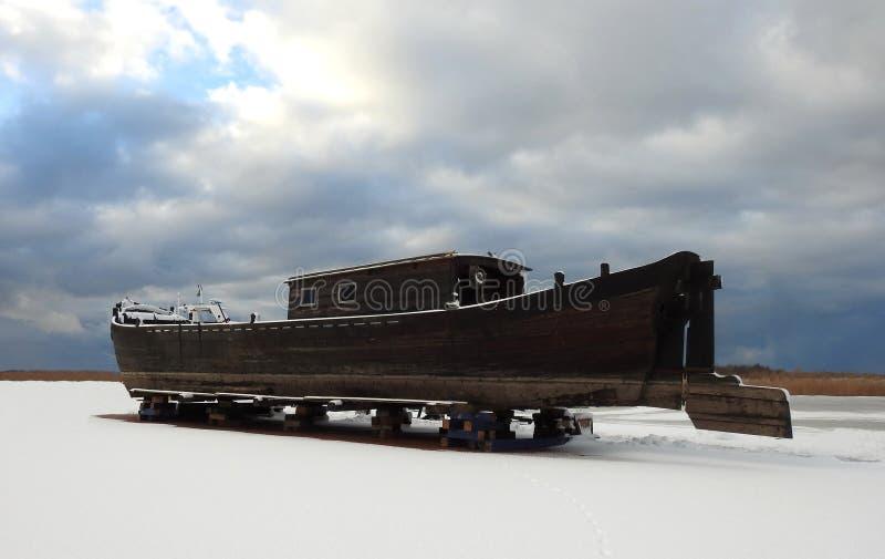 Piękny drewniany żeglowanie srał na Curonian mierzei brzeg, Lithuania zdjęcia stock