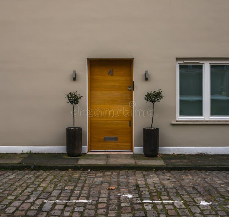 Piękny drewniany drzwi beżu dom, piękny naturalny drewno na b zdjęcie stock