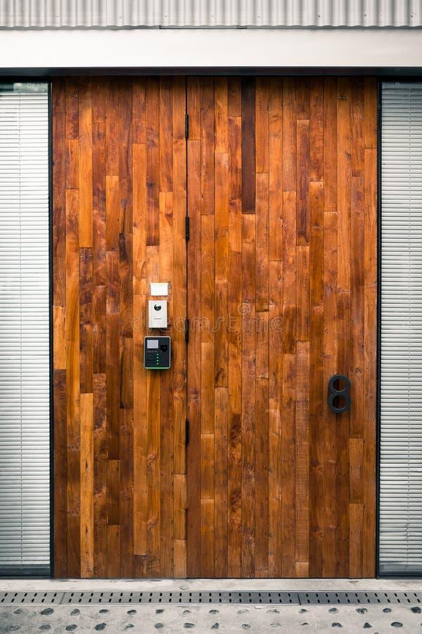 Piękny drewniany wejściowy drzwi z kombinacja kędziorkiem fotografia stock