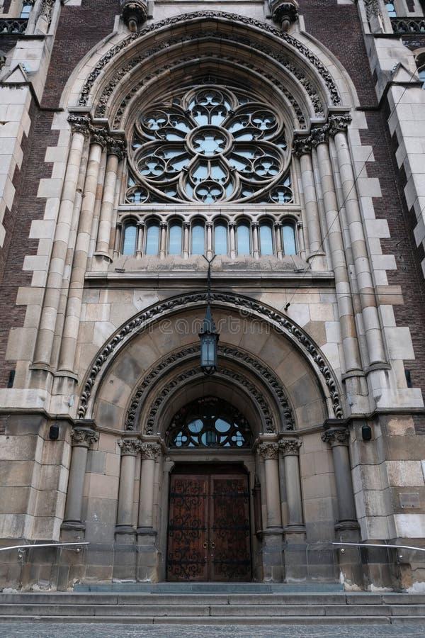 Piękny drzwi katedra w Gockim stylu Kościelny jard, religia Ulica w mie?cie Lviv Ukraina 03 15 19 fotografia royalty free