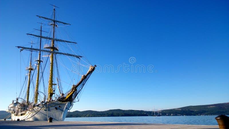 Piękny duży statek z dopasowaniami blisko brzeg Tivat zdjęcia royalty free