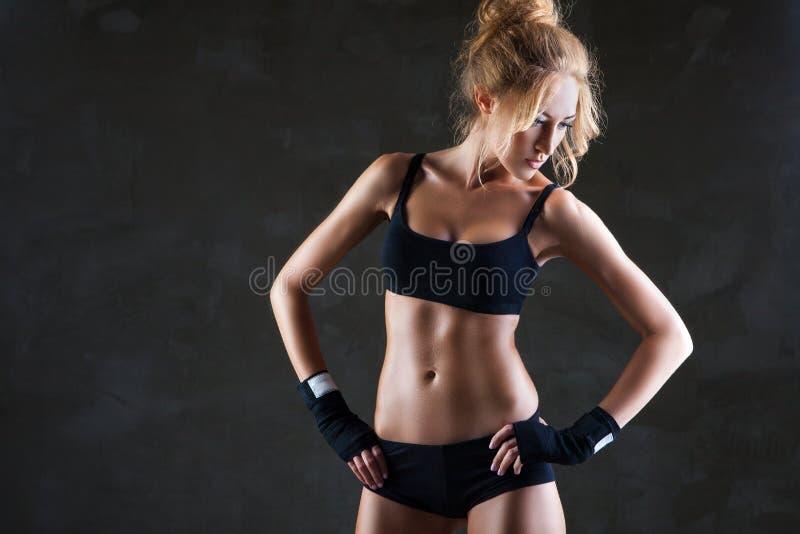 Piękny dysponowany kobieta model w czarnej ręki bandażu zdjęcie royalty free