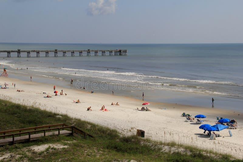 Piękny dzień przy brzeg z beachgoers cieszy się światło słoneczne, Jax plaża, Floryda, 2015 fotografia stock