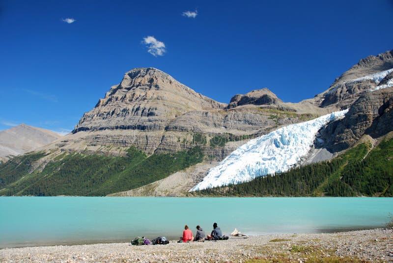 Piękny dzień przy Góra lodowa jeziorem w góry Robson Provinicial parku w kolumbiach brytyjska Kanada obrazy stock